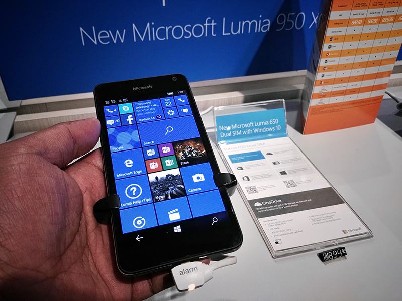 The Lumia 650 feels good in my hand.
