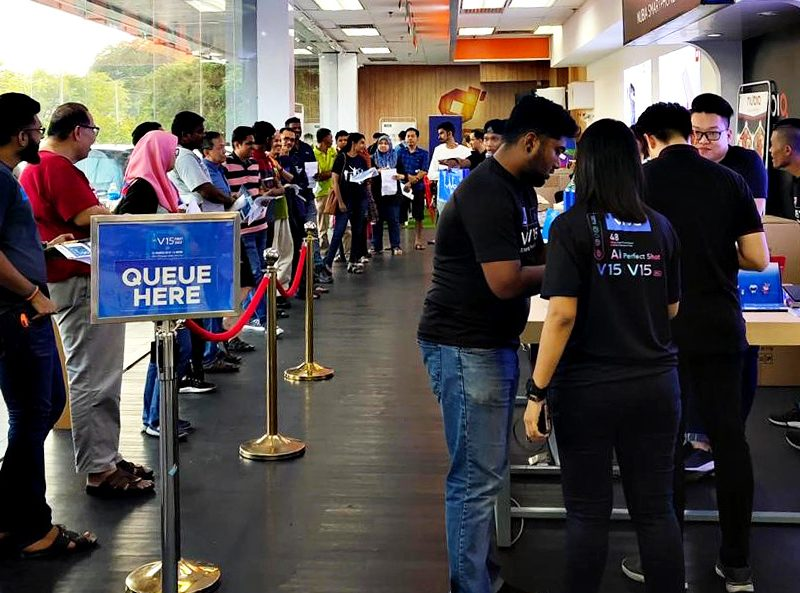 DirectD Mega Store Sees Big Turn-up To Purchase Vivo V15 Smartphone