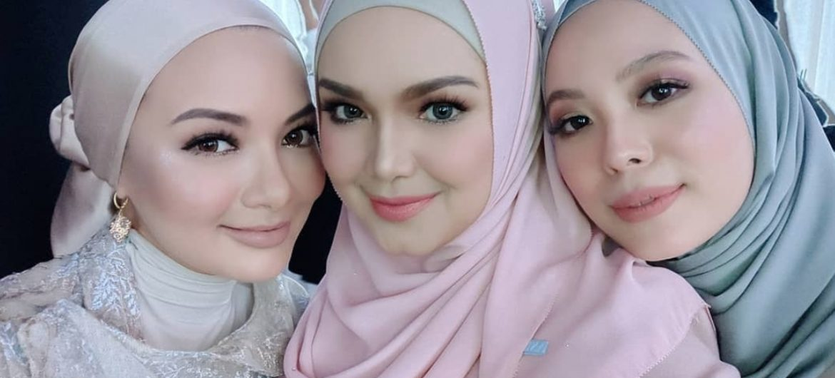 Dato' Sri Siti Nurhaliza Seen Taking Selfies