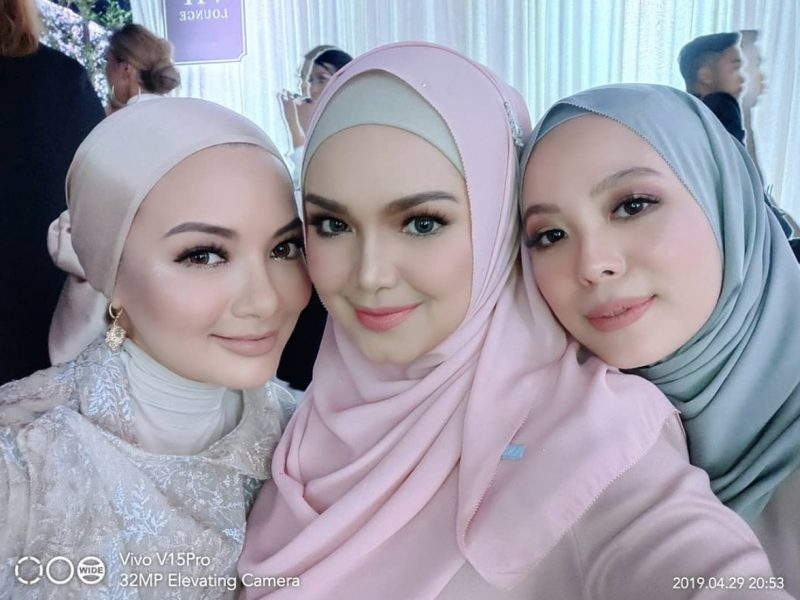 Dato' Sri Siti Nurhaliza Seen Taking Selfies With The Vivo V15Pro, Receives Netizen's Praises